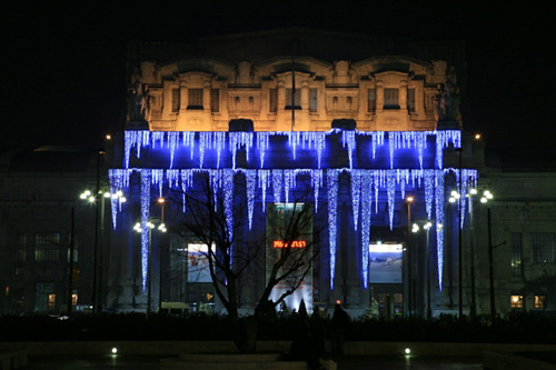 L'ora dell'aperitivo sotto Natale, a Milano, si fa alla Stazione Centrale …