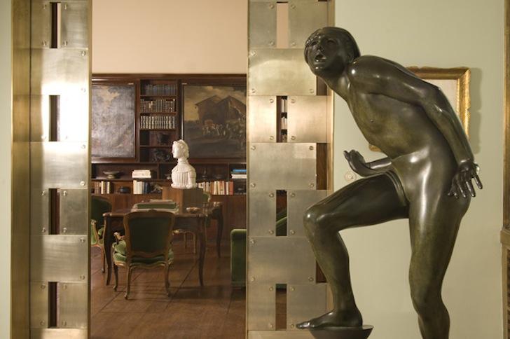 VILLA NECCHI / FAI. Scorcio della Veranda verso la Biblioteca. In primo piano:  Adolf Wildt, Il puro folle,  1930, bronzo