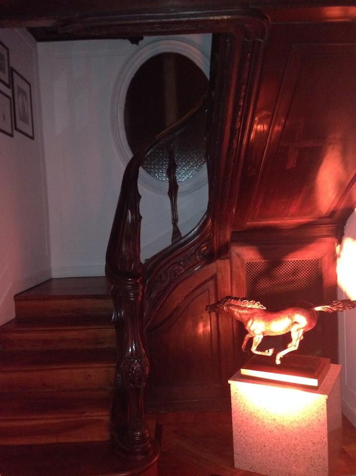 La scala di legno dello showroom Borbonese