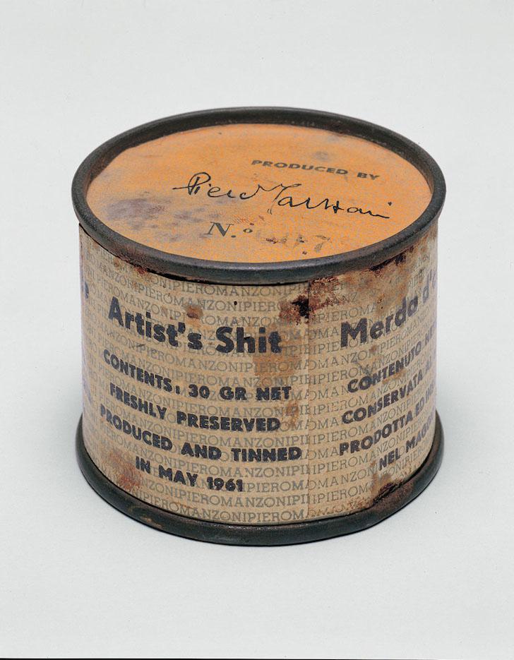ID 179. Merda d'Artista n.07, 1961 scatoletta di latta, carta stampata, h 4,8; d 6 cm Collezione privata