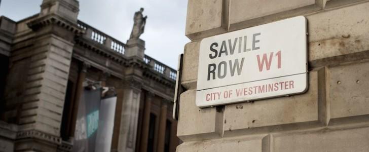 """Moda Uomo: Via Gesù a Milano sfida Savile Row a Londra per il primato della """"Via dell'uomo"""" più in, può farcela?"""