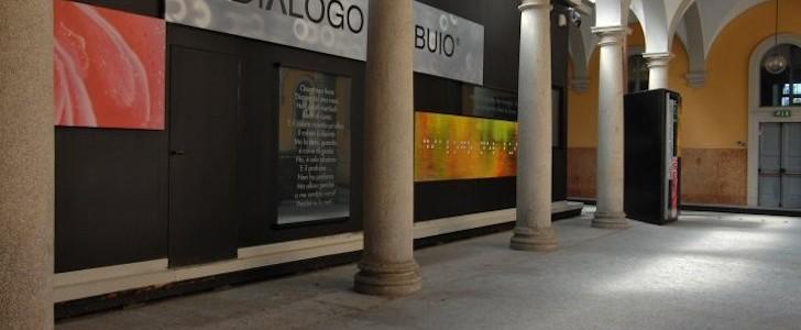 Blind date sotto forma di aperitivo al buio: a Milano, fino al 31 luglio 2015, gli incontri migliori sono firmati Dialoghi nel Buio, in via Mozart. Facciamo luce sui dettagli