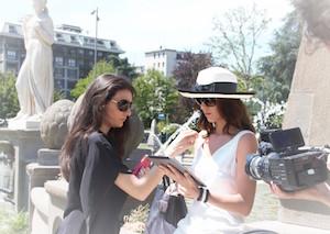 Lorella che fa la stylist per la campagna pubblicitaria PE 2015