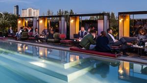 Aperitivo sui tetti di Milano con tanto di tuffo in piscina al ...