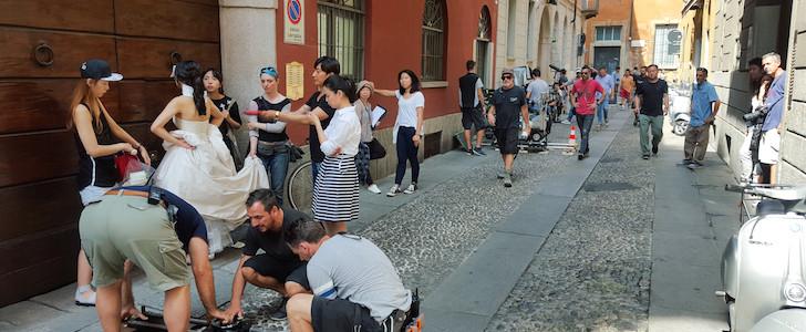 """Sposi cinesi a Milano: Brera set di un film. In via Ciovasso si gira il remake di """"Se Scappi Ti Sposo"""". FOTO E VIDEO"""