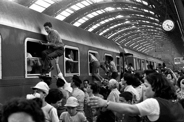 Ferragosto anni '70, alla Centrale l'assalto ai treni per le vacanze - milano.repubblica.it