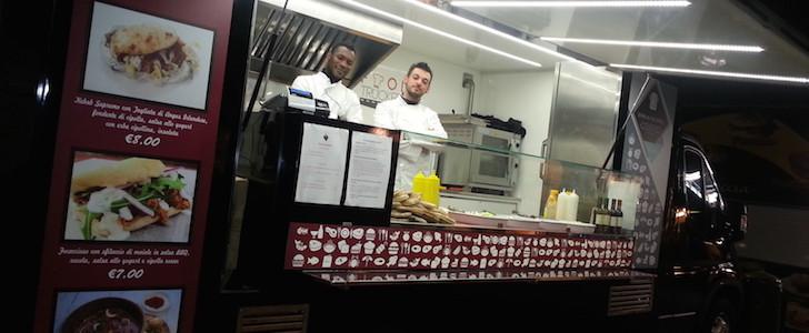 Che cosa ci fa uno chef stellato al Darsena Christmas Village di Milano il 23 dicembre 2015? Cucina il pranzo a bordo di un food truck: ecco di cosa si tratta!