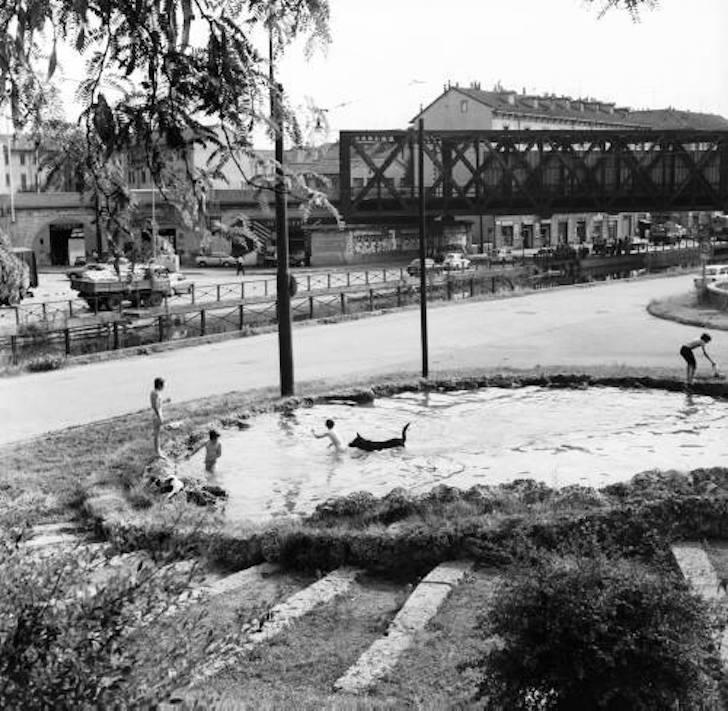 1971, i bambini si rinfrescano facendo il bagno nella fontana di Piazza delle Milizie. Oggi invece? Milano città d'acqua