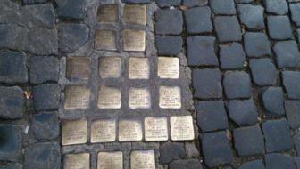 Cadere sulle pietre di Milano fa bene alla Memoria