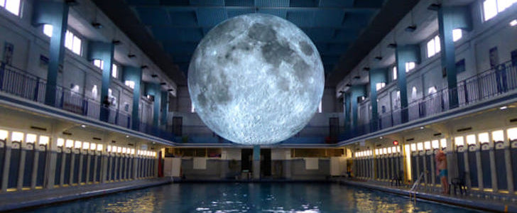 Alla Piscina Cozzi di Milano si nuota al chiaro di luna, ecco come fare!